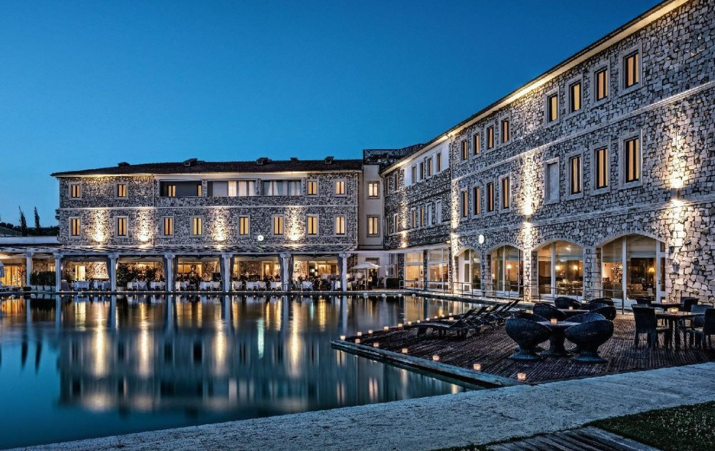 golf-expedition-golf-reizen-italie-toscane-terme-di-saturnia-spa-en-golf-resort-luxe-zwembad-resort-in-avond.jpg