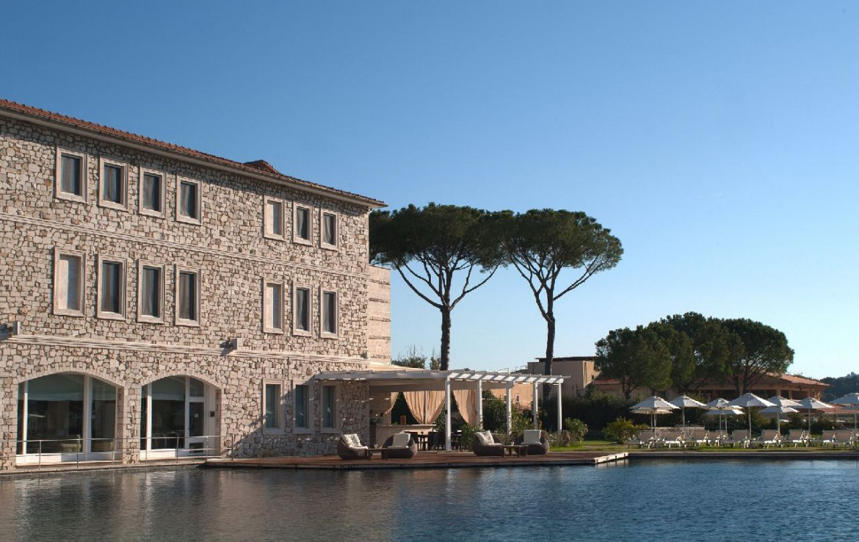 golf-expedition-golf-reizen-italie-toscane-terme-di-saturnia-spa-en-golf-resort-resort-met-bar-zwembad.jpg