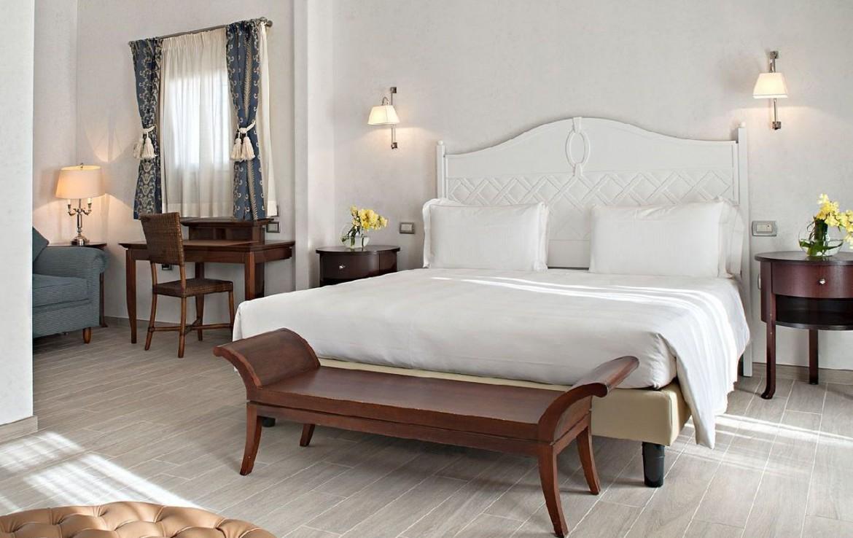 golf-expedition-golf-reizen-italie-toscane-terme-di-saturnia-spa-en-golf-resort-slaapkamer-twee-personen-bank-stoelen-wit.jpg