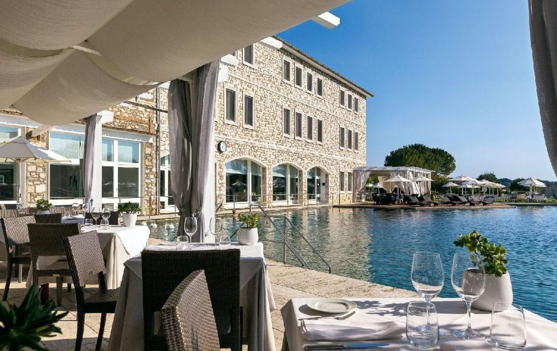 golf-expedition-golf-reizen-italie-toscane-terme-di-saturnia-spa-en-golf-resort-terras-bij-zwembad.jpg