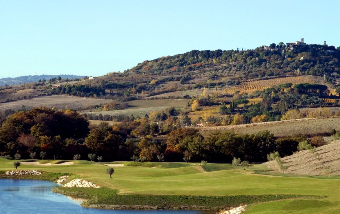 golf-expedition-golf-reizen-italie-toscane-terme-di-saturnia-spa-en-golf-resort-water-hazard-golfbaan-bergen.jpg