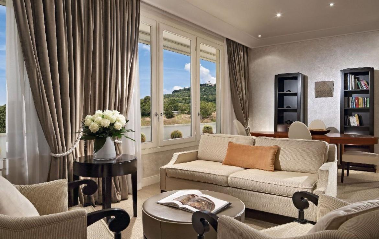golf-expedition-golf-reizen-italie-toscane-terme-di-saturnia-spa-en-golf-resort-woonkamer-met-uitzicht-op-bergen.jpg