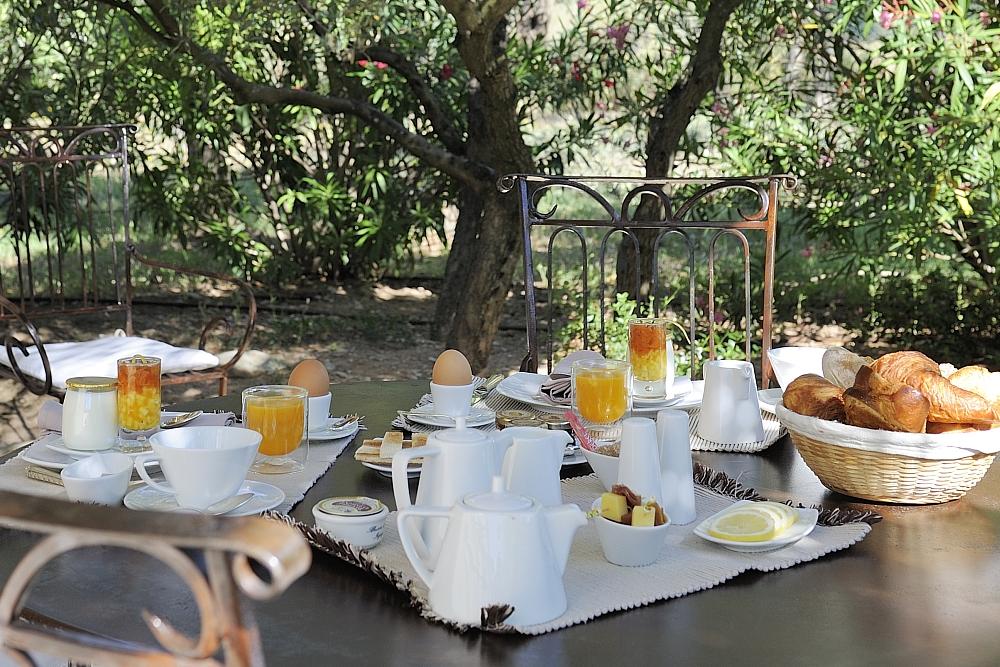 golf-expedition-golf-reizen-regio-provence-Mas-De-L'Ouilivé-ontbijt-buiten