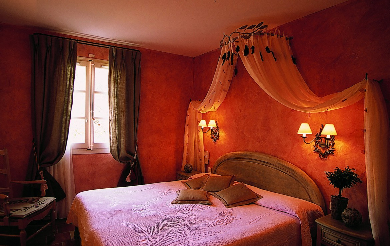 golf-expedition-golf-reizen-regio-provence-Mas-De-L'Ouilivé-rood-ingericht-slaapkamer-twee-personen