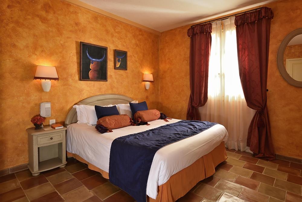 golf-expedition-golf-reizen-regio-provence-Mas-De-L'Ouilivé-slaapkamer-oranje