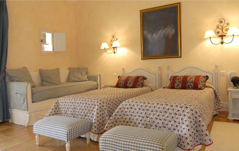 golf-expedition-golf-reizen-regio-provence-Mas-De-L'Ouilivé-twee-losse-bedden-bank-slaapkamer