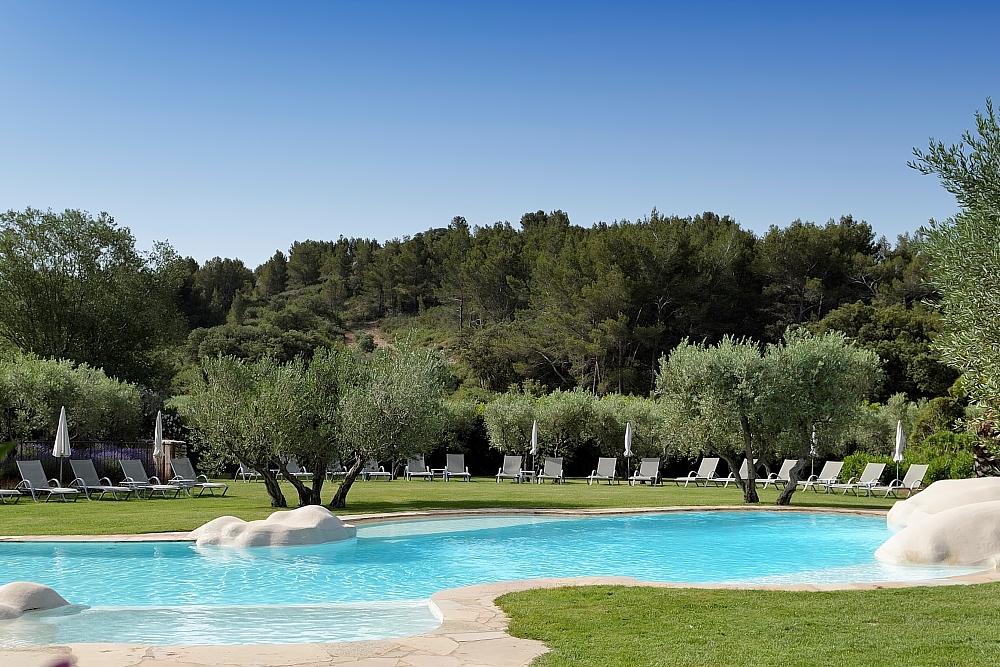 golf-expedition-golf-reizen-regio-provence-Mas-De-L'Ouilivé-zwembad-grasveld-ligbedden