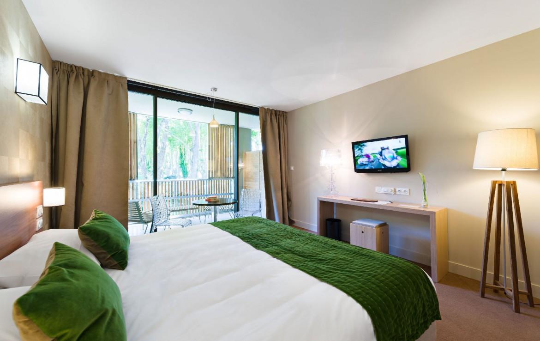 golf-expedition-golf-reizen-regio-provence-Moulin-de-vernegues-STIJLVOLLE-slaapkamer-met-tv-en-terras