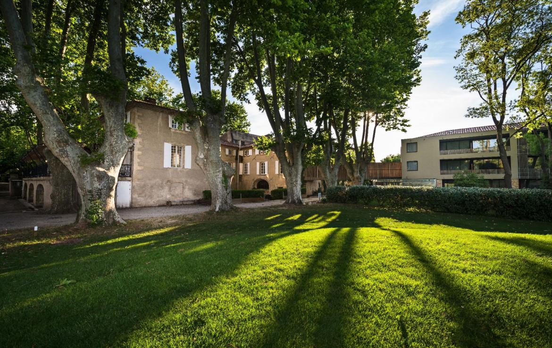 golf-expedition-golf-reizen-regio-provence-Moulin-de-vernegues-grasveld-voor-gebouw