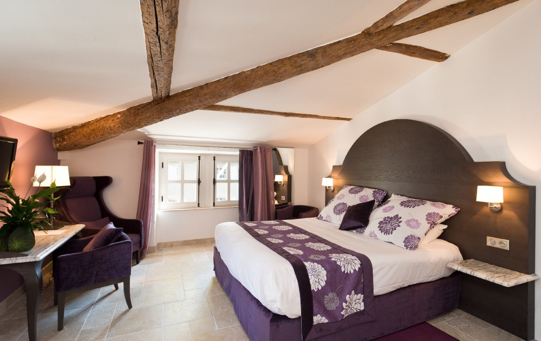 golf-expedition-golf-reizen-regio-provence-Moulin-de-vernegues-luxe-slaapkamer-met-tv