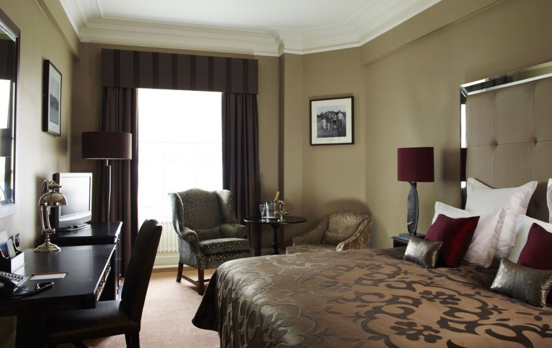 golf-expedition-golf-reizen-schotland-regio-edinburgh-gleneagles-golf-resort-luxe-slaapkamer-met-bureau-en-zitgedeelte.jpg