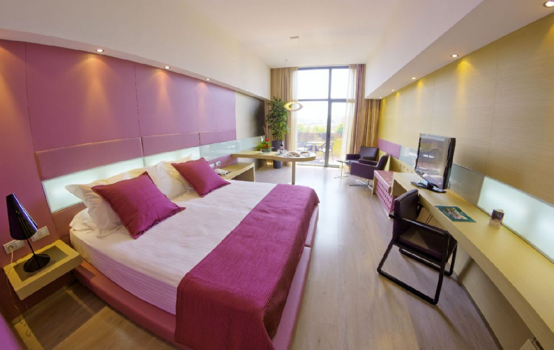 golf-expedition-golf-reizen-spanje-regio-alicante-la-finca-golf-resort-grote-slaapkamer-roze-bureau.jpg