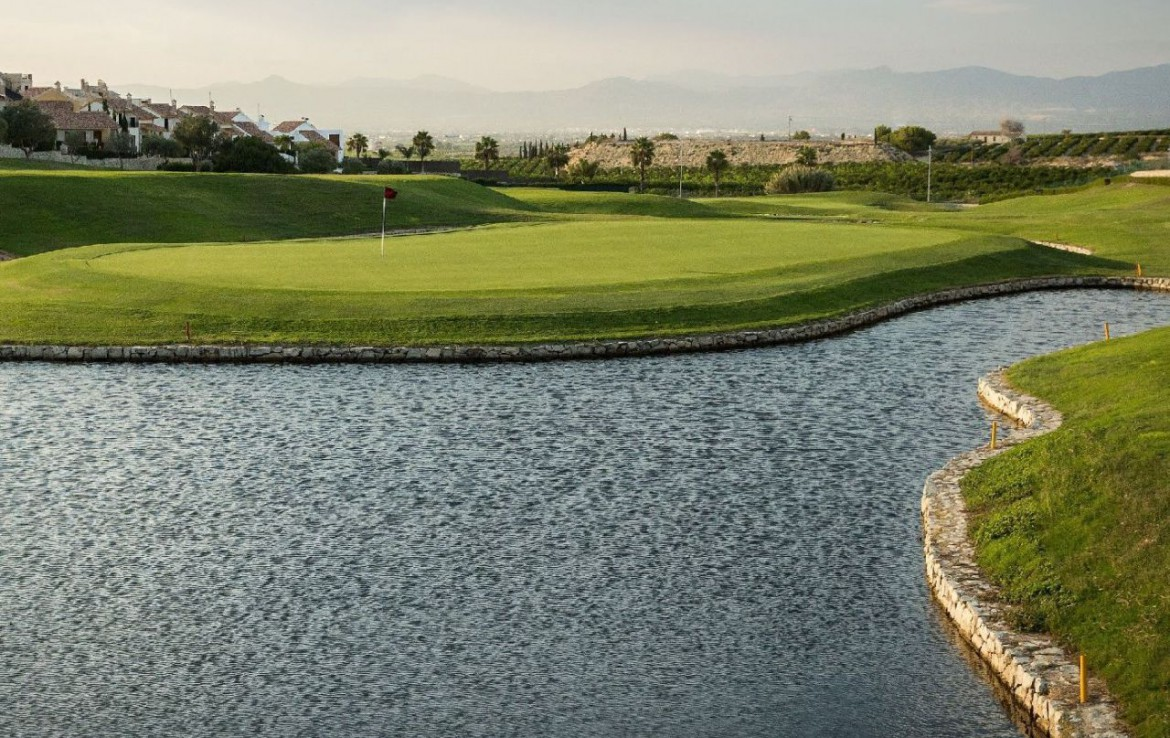 golf-expedition-golf-reizen-spanje-regio-alicante-la-finca-golf-resort-water-hazard-bij-golfbaan.jpg
