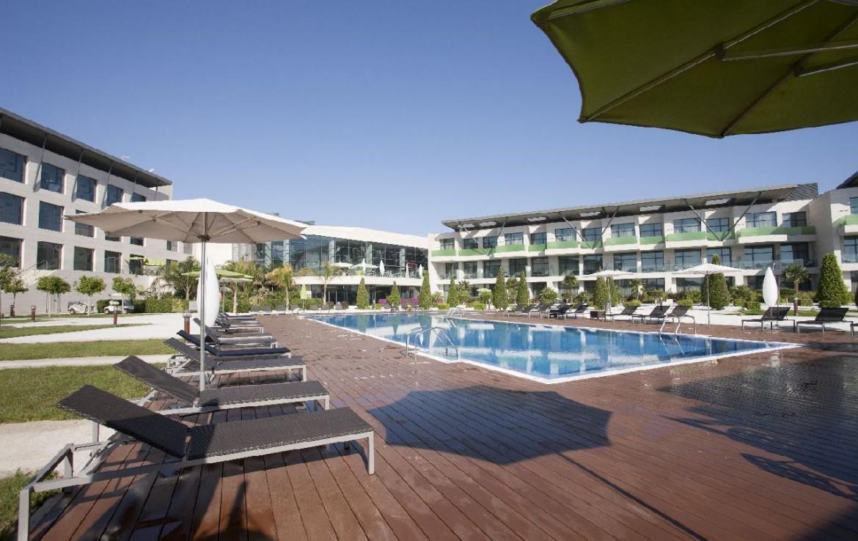 golf-expedition-golf-reizen-spanje-regio-alicante-la-finca-golf-resort-zwembad-midden-van-appartementen.jpg