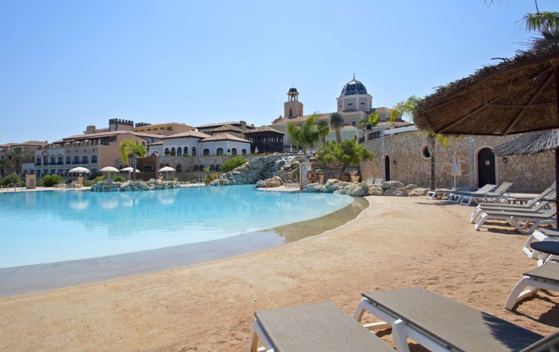 golf-expedition-golf-reizen-spanje-regio-alicante-melia-villaitana-golf-resort-zwembad-met-ligbedden.jpg