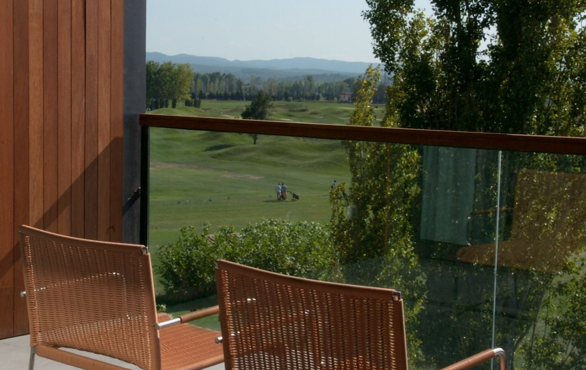 golf-expedition-golf-reizen-spanje-regio-girona-double-tree-hilton-golf-en-spa-resort-balkon-uitzicht-golfbaan.jpg