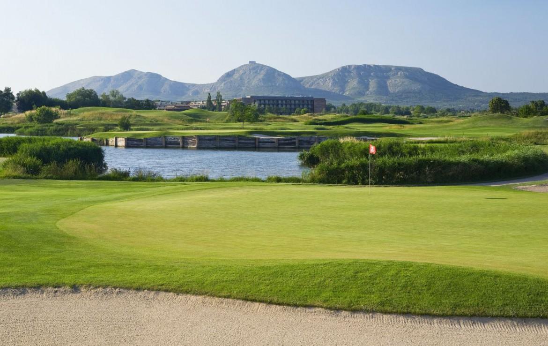 golf-expedition-golf-reizen-spanje-regio-girona-double-tree-hilton-golf-en-spa-resort-golfbaan-bunker-water-hazard.jpg