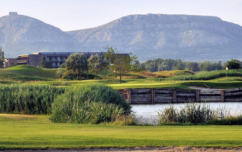 golf-expedition-golf-reizen-spanje-regio-girona-double-tree-hilton-golf-en-spa-resort-golfbaan-water-hazard-bergen.jpg