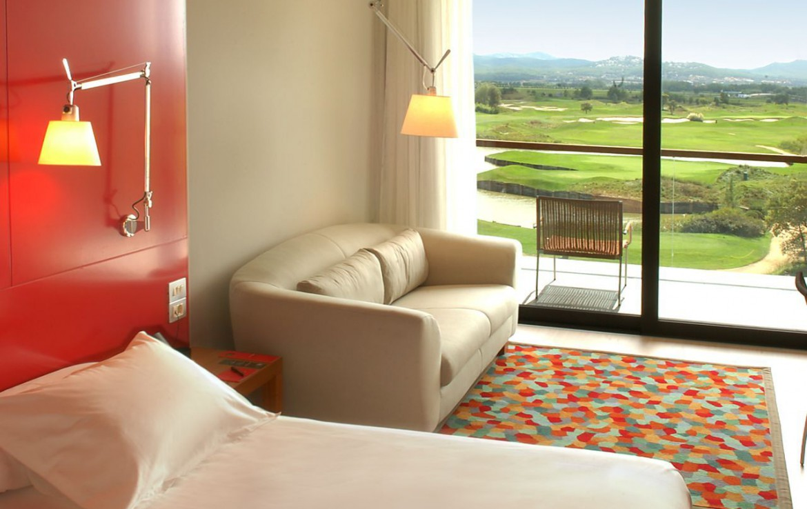 golf-expedition-golf-reizen-spanje-regio-girona-double-tree-hilton-golf-en-spa-resort-slaapkamer-met-balkon.jpg