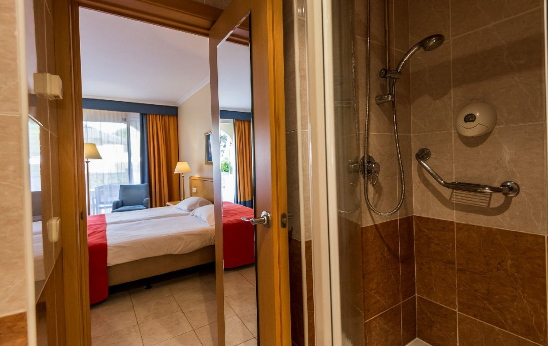 golf-expedition-golf-reizen-spanje-regio-girono-hotel-barcarola-badkamer-douche-slaapkamer.jpg