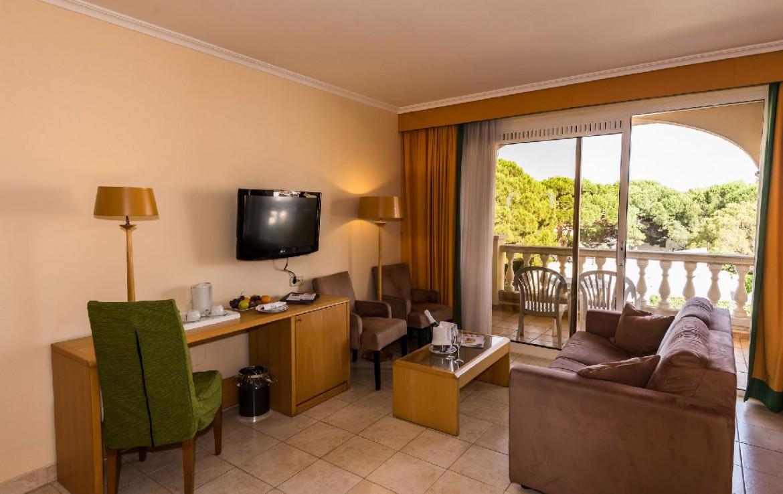 golf-expedition-golf-reizen-spanje-regio-girono-hotel-barcarola-bank-bureau-tv-balkon.jpg