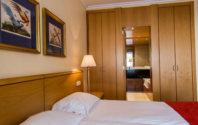golf-expedition-golf-reizen-spanje-regio-girono-hotel-barcarola-slaapkamer-kunst-opbergruimte-badkamer.jpg