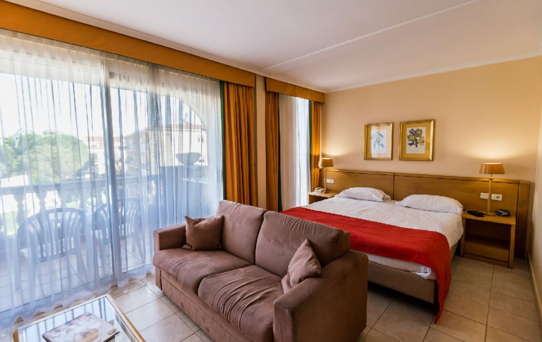 golf-expedition-golf-reizen-spanje-regio-girono-hotel-barcarola-slaapkamer-met-bank.jpg