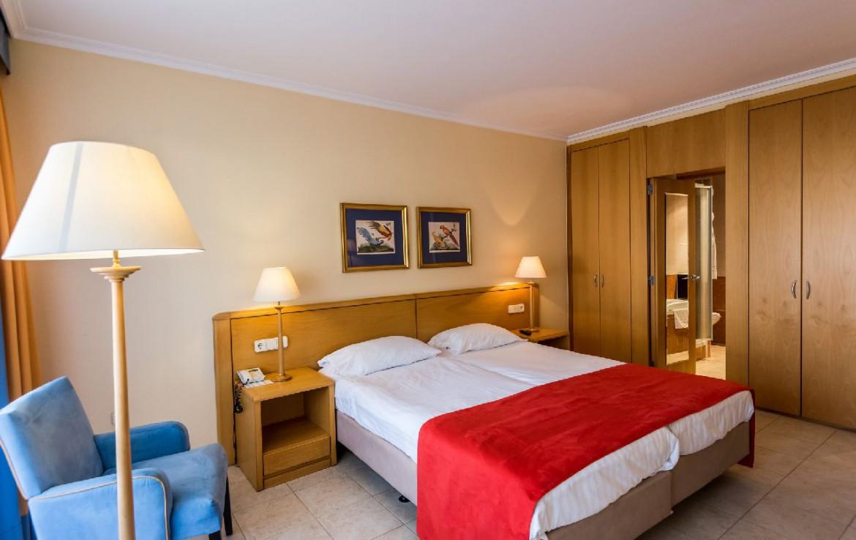 golf-expedition-golf-reizen-spanje-regio-girono-hotel-barcarola-slaapkamer-met-opbergruimte.jpg