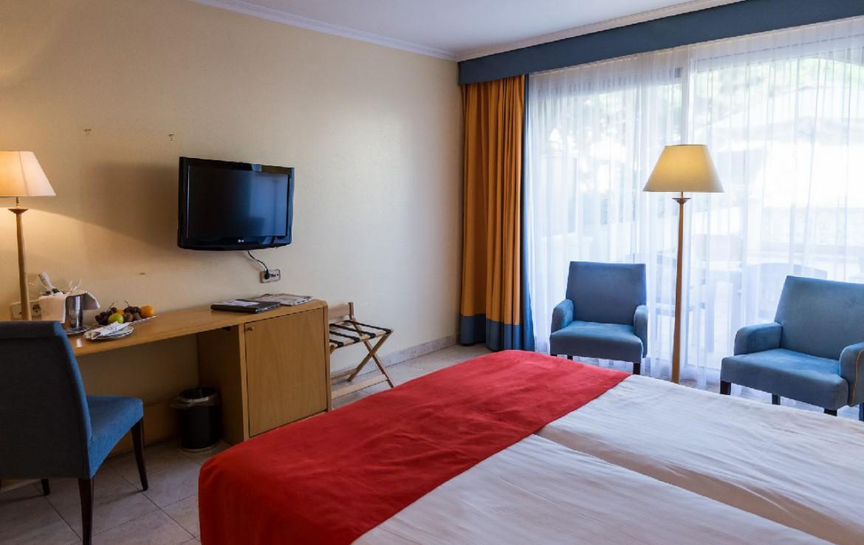 golf-expedition-golf-reizen-spanje-regio-girono-hotel-barcarola-slaapkamer-twee-personen-met-tv-en-bureau.jpg