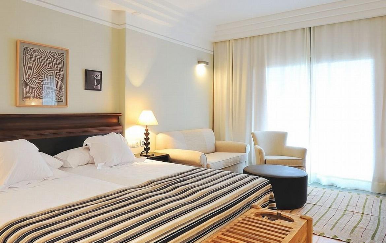 golf-expedition-golf-reizen-spanje-regio-malaga-vincci-estrella-del-mar-luxe-slaapkamer-met-bank-uitzicht-op-zee.jpg