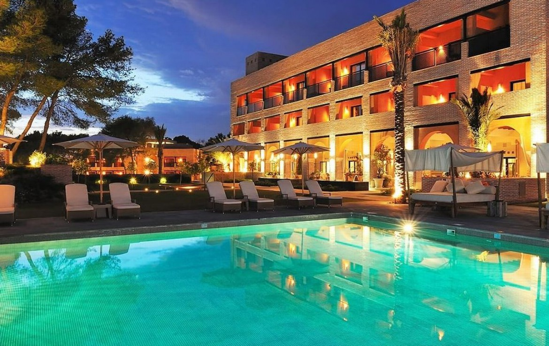 golf-expedition-golf-reizen-spanje-regio-malaga-vincci-estrella-del-mar-resort-met-ligbedden-zwembad-avond.jpg