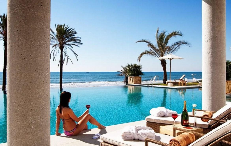 golf-expedition-golf-reizen-spanje-regio-malaga-vincci-estrella-del-mar-strandclub-ligbedden-zwembad-uitzicht-zee.jpg