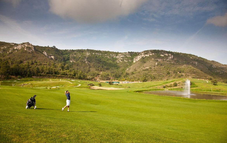 golf-expedition-golf-reizen-spanje-regio-valencia-parador-el-saler-golfer-op-golfbaan-bergen.jpg