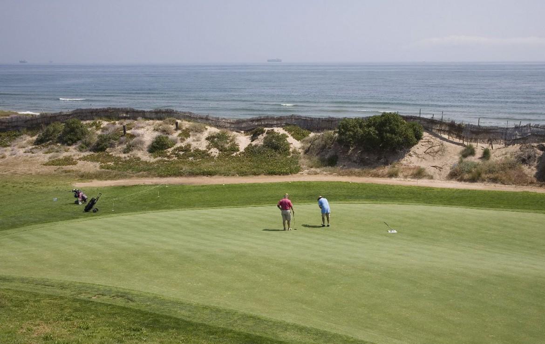 golf-expedition-golf-reizen-spanje-regio-valencia-parador-el-saler-golfers-op-green-zee.jpg