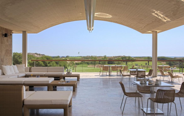 golf-expedition-golf-reizen-spanje-regio-valencia-parador-el-saler-terras-met-bar-uitzicht-op-golfbaan.jpg