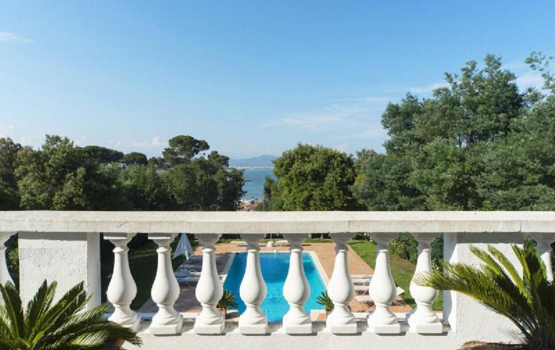 golf-expedition-golf-reizen-frank-regio-cote-d'azur-villa-la-brunhyere-balkon-uitzicht-zwembad-omgeving.jpg