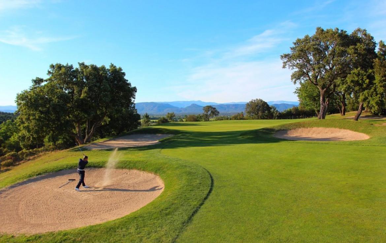 golf-expedition-golf-reizen-frank-regio-cote-d'azur-villa-la-brunhyere-golfer-in-bunker-golfbaan.jpg