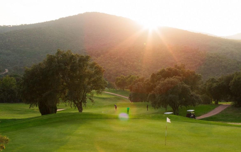 golf-expedition-golf-reizen-frank-regio-cote-d'azur-villa-la-brunhyere-golfers-op-golfbaan-bergen-achtergrond.jpg