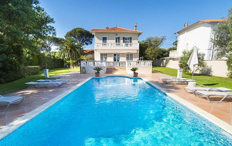 golf-expedition-golf-reizen-frank-regio-cote-d'azur-villa-la-brunhyere-ligbedden-bij-zwembad-villa.jpg