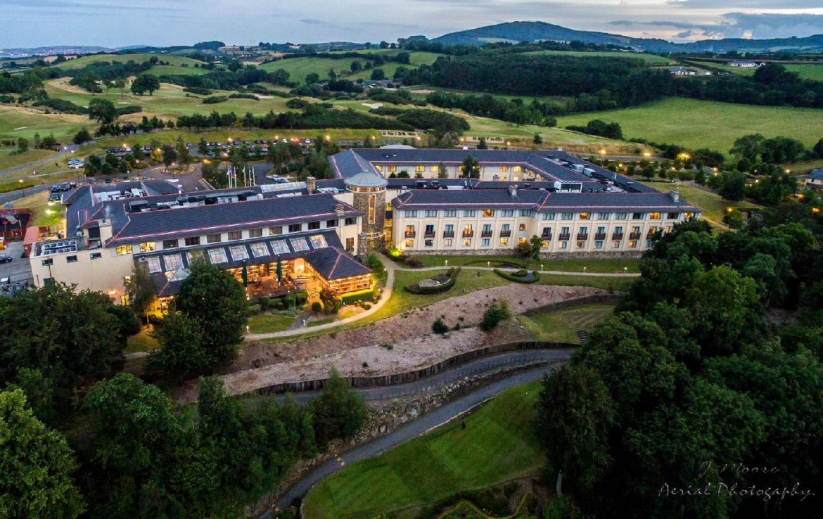 golf-expedition-golf-reizen-ierland-regio-dublin-druids-glen-golf-resort-drone-accommodatie-resort-golfbaan-in-natuur.jpg