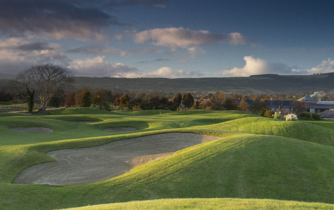golf-expedition-golf-reizen-ierland-regio-dublin-druids-glen-golf-resort-golfbaan-bunker-bergen.jpg