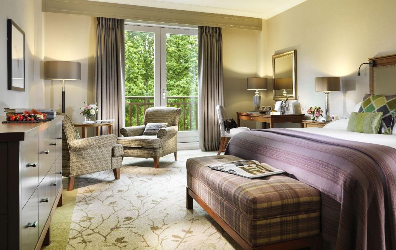 golf-expedition-golf-reizen-ierland-regio-dublin-druids-glen-golf-resort-luxe-slaapkamer-met-stoelen-balkon-en-bureau.jpg