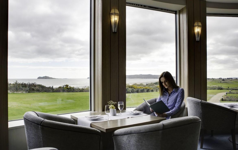 golf-expedition-golf-reizen-ierland-regio-dublin-portmarnock-hotel-en-golf-links-lounge-uitzicht-op-zee.jpg