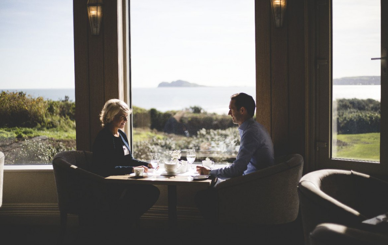 golf-expedition-golf-reizen-ierland-regio-dublin-portmarnock-hotel-en-golf-links-middag-thee-drinken-met-uitzicht.jpg