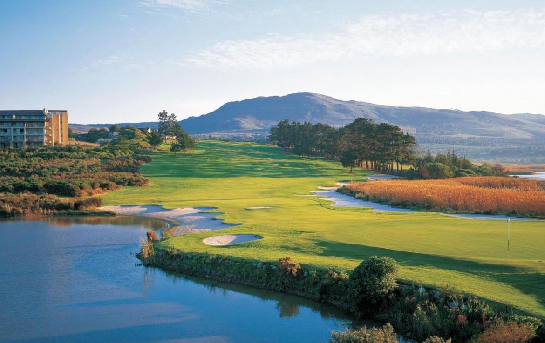 golf-expedition-golf-reizen-zuid-afrika-golfbaan-in-natuurlijke-omgeving-water-bergen-hotel.jpg