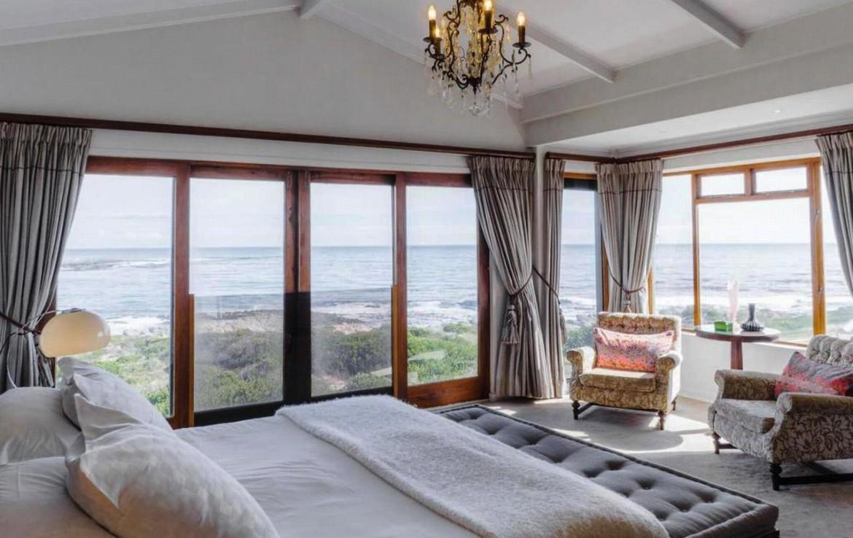 golf-expedition-golf-reizen-zuid-afrika-luxe-slaapkamer-twee-personen-uitzicht-buiten-twee-stoelen.jpg