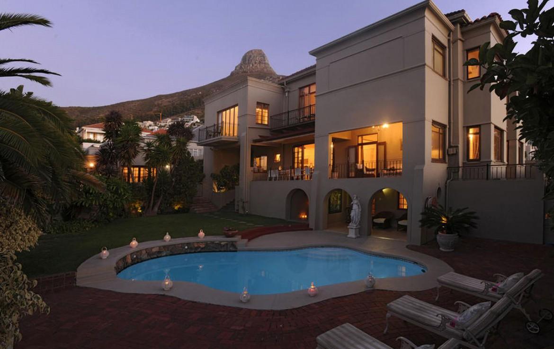 golf-expedition-golf-reizen-zuid-afrika-zwembad-bij-villa-met-ligbedden-avond.jpg